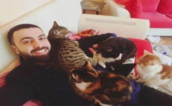 Yardıma Muhtaç Kedilere Müzikle Dolu Bir Yuva Sağlayan Gönlü Güzel İnsan: Sarper Duman