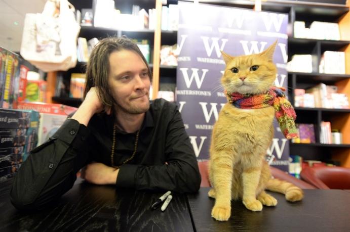"""Eylül 2010'da Bowen ve Jenkins, İngiltere'de sonradan 1 milyondan fazla satacak olan ilk kitabı """"Sokak Kedisi Bob""""un taslağını hazırlamış"""